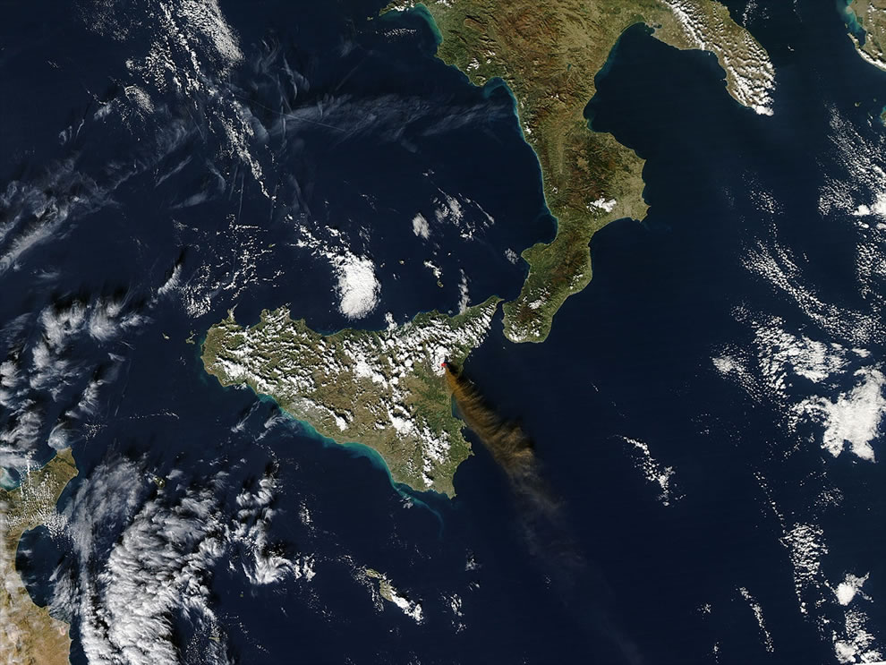 2006 Mount Etna erupting