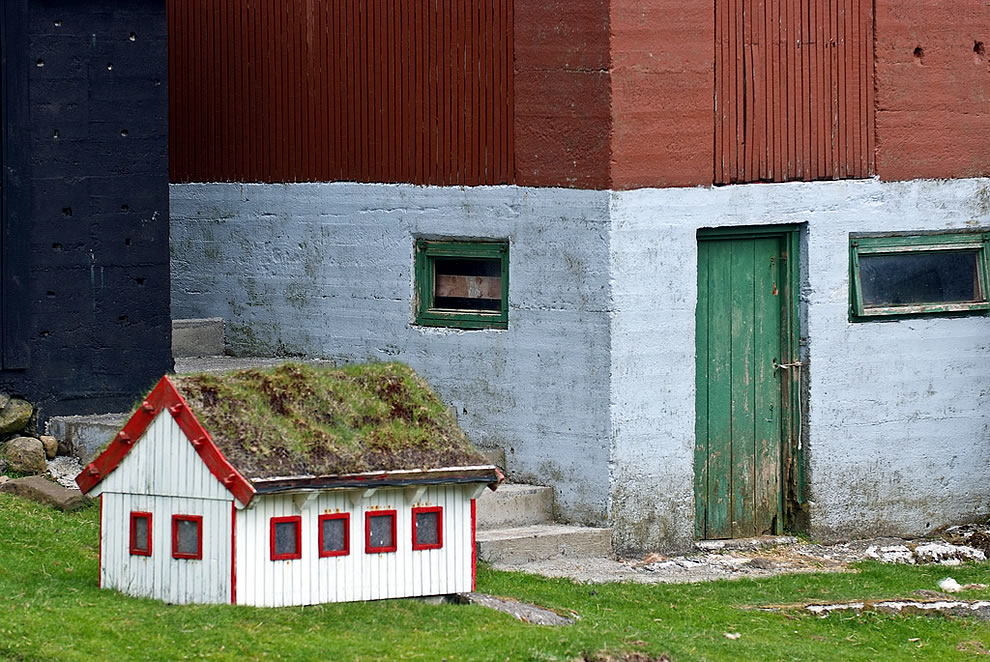 Faroese doghouse with turf roof